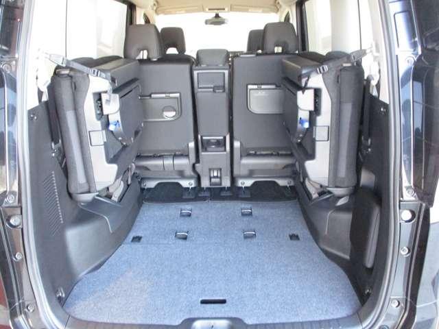 リヤシートを倒すと広い荷室になります。