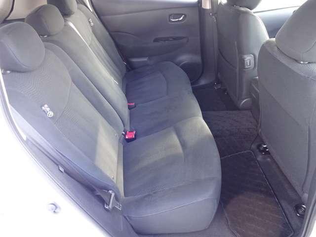 後席の足元は広く、ドアの開口が広いので、乗り降りもし易いです♪シートヒーター付きで快適です。