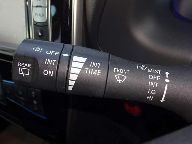 間欠ワイパーの間隔を無段調整できて便利です。リヤワイパーも操作できます。