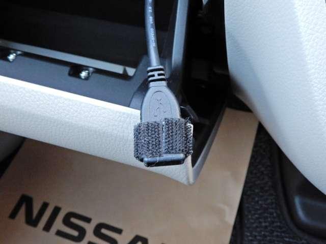 USBが付いているのでipodを接続したり携帯の充電したりできます