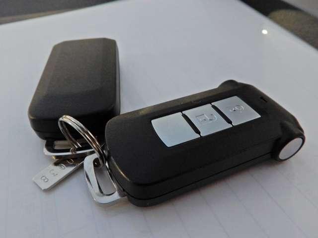 鍵を操作しなくても持っているだけでドアロック操作やエンジン始動などができるインテリジェントキー、オートスライドドアも操作できます。