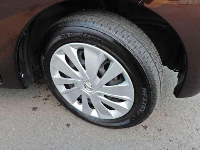 14インチタイヤと純正ホイールカバー。高い走破性と低燃費を兼ね備えたエコタイヤを採用しています。