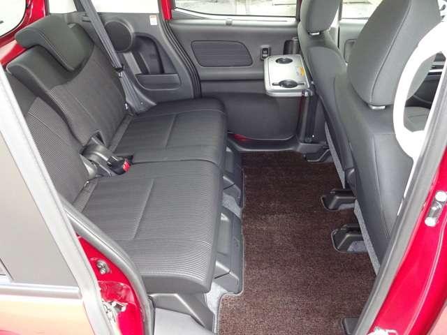 後席の足元は広くフラットですし、ドアの開口が広いので、乗り降りもし易いです♪