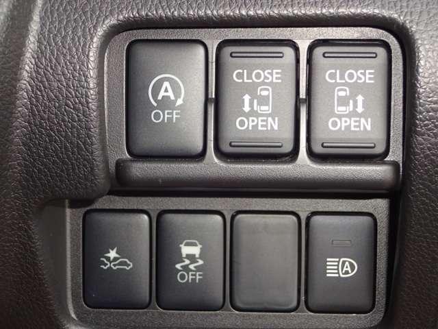 両側電動スライドドア、アイドリングストップ、エマージェンシーブレーキ、ハイビームアシストなどのスイッチです