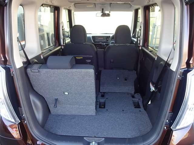 リヤシートは、左右別々に前後にスライドと前倒しができ、更に床上に格納できるので、とっても便利です。