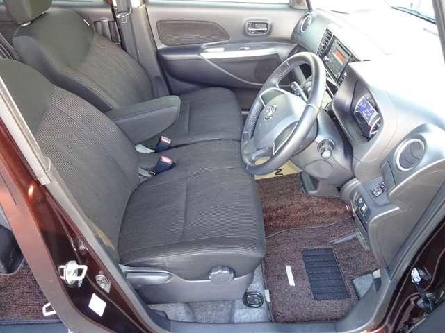 前席はベンチタイプなので、左右の行き来が楽に出来て便利です。ドアの開口も広いです。