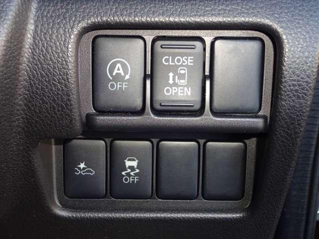 助手席側電動スライドドアですので、開閉に不自由な方に優しい装備です。運転席側は手動ですが、半ドア時電動で閉めてくれます。