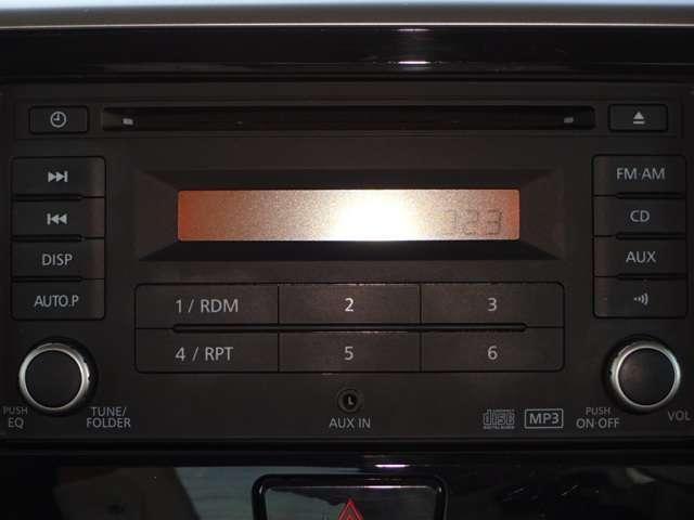 純正CDチューナーです。AUX入力端子が、前面パネルに配置してありますので、別売コードで、スマホやポータブルオーディオを接続して楽しめます。