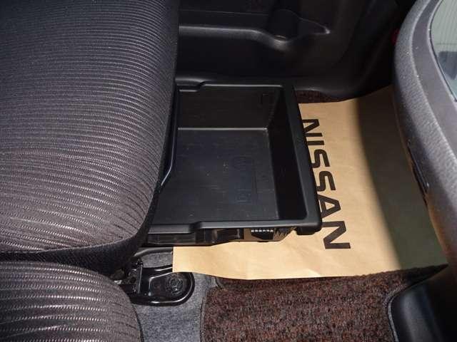 助手席電動スライドドアアンダーBOXは、予備の靴や、セカンドバッグなどを収納できるので、とっても便利です。