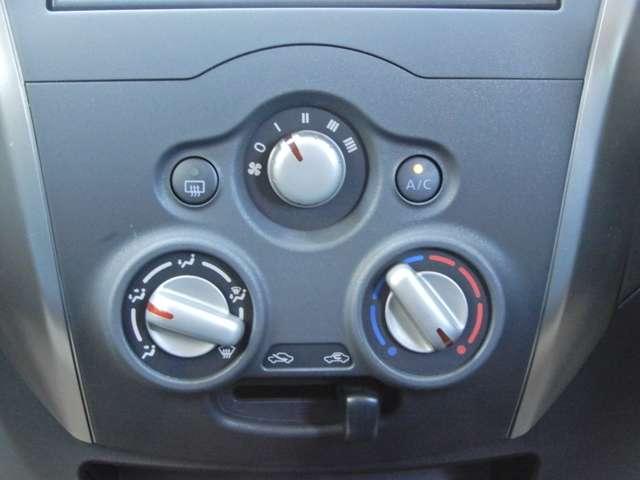 操作も簡単なマニュアルエアコン装備。常に快適な温度を保ちます。