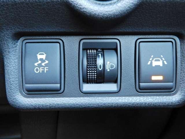 車線逸脱警報器付きです。タイヤが車線を踏んだ時、音でお知らせいたします。
