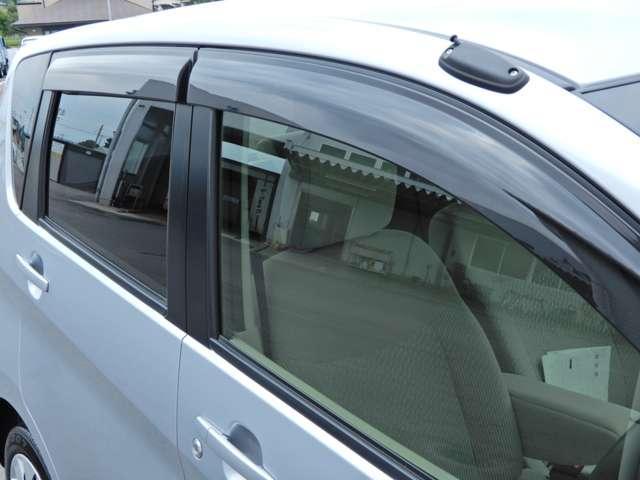 プラスチックバイザー付き☆走行中の息抜きは、新鮮な外の空気で♪バイザーがあれば小雨時にもウインドウガラスを少し開けて、車内の換気が出来ます。