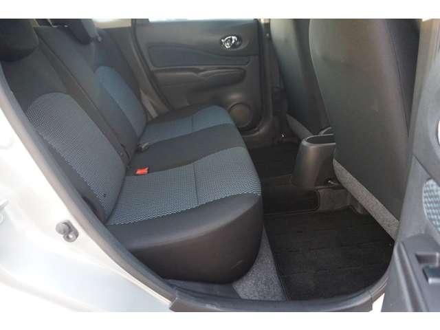 後席の足元は広く、ドアの開口が広いので、乗り降りもし易いです♪