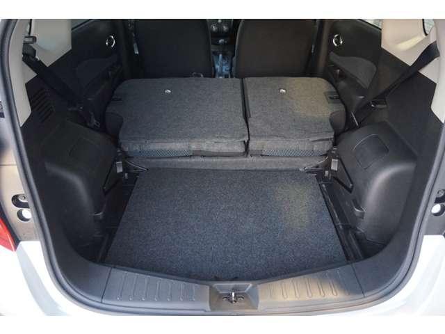 後席を倒すと大きな荷物も積載が可能です。