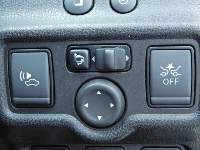 フロントカメラで前方のクルマや人を見つけて作動するエマージェンシーブレーキ搭載。クルマが安全運転のお手伝いをしてくれます。
