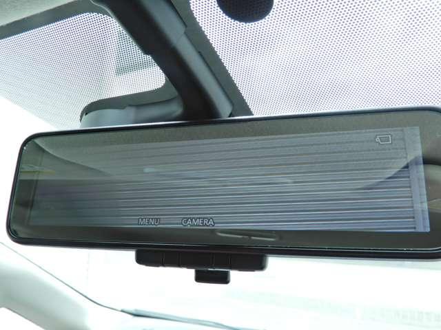 車両後方のカメラ映像をミラー面に映し出すので、車内の状況や、天候などに影響されずいつでもクリアな後方視界が得られます