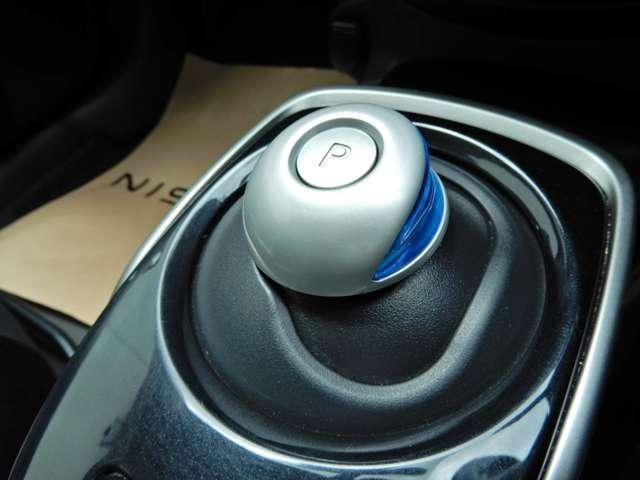 電制シフトです。手のひらで包むようにして、手首を軽く動かすだけでシフトできる、全く新しいマウス感覚のシフトです。