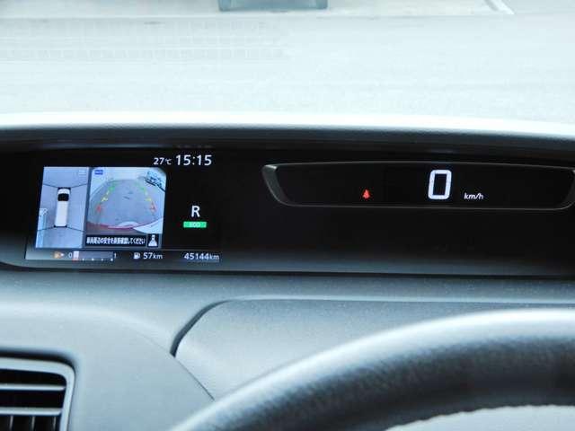 先進的なデジタルメーターで運転中も見やすくなっています左側にアラウンドビューモニターが表示されます