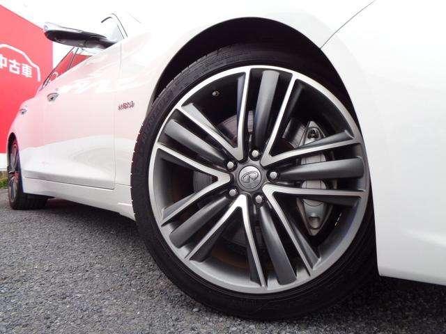 19インチアルミホイ-ル&245/40RF19ランフラットタイヤ。パンクしても時速80で150Kmほどの走行が可能。タイヤ空気圧警報システムも装備。