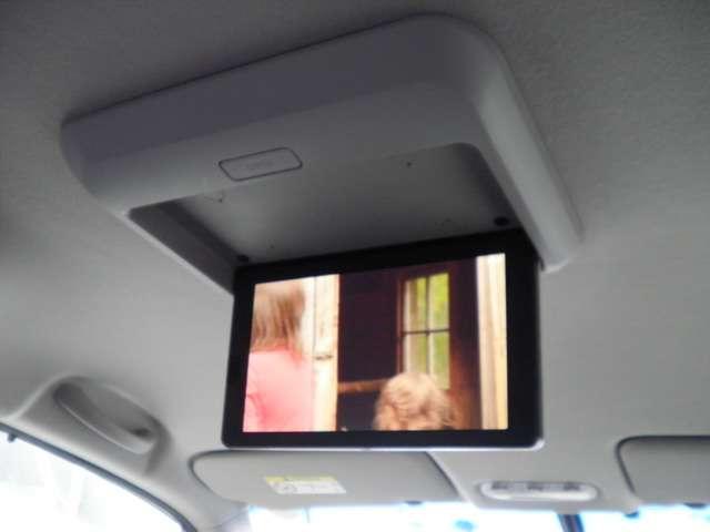 後席モニター、大きく観やすいです。テレビ鑑賞やDVDが観れ、ご家族の方も喜れますね。