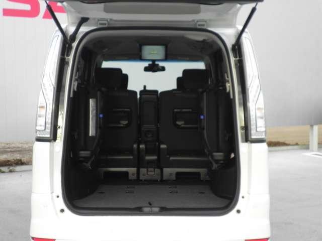 お荷物の量や乗車人数に合わせて使えるリヤシートは、ご覧のように跳ね上げすることができます。