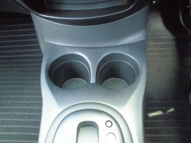 運転席と助手席の間にドリンクホルダーがあり便利です