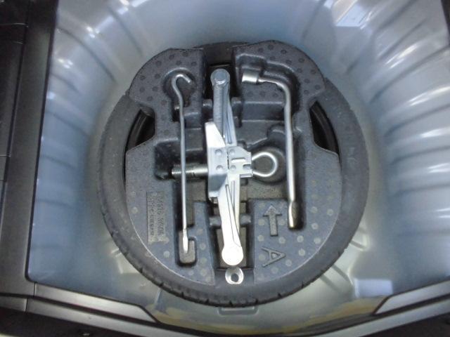 スペアータイヤ、工具付きで万が一の時も安心です