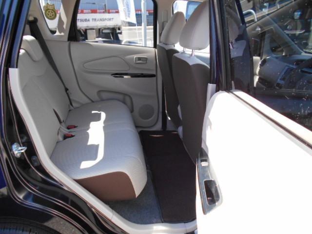 後席の足元も広く4人が乗っても快適なスペースです。