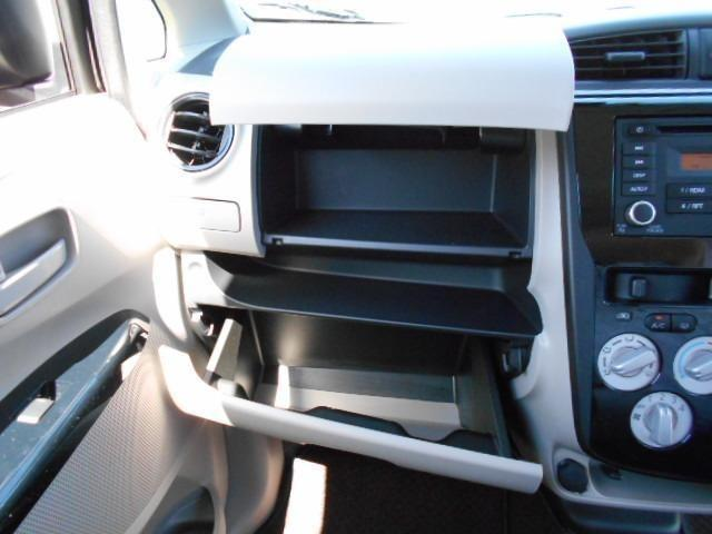 広いグローボックスは車検証やテッシュボックスが入り便利です
