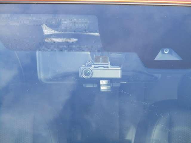 カメラの車両後方画像をフル画面表示し通常のミラーよりクリアな後方視界を確保するインテリジェントルームミラー!荷物でリヤ窓が塞がっていても後方を確認できます♪