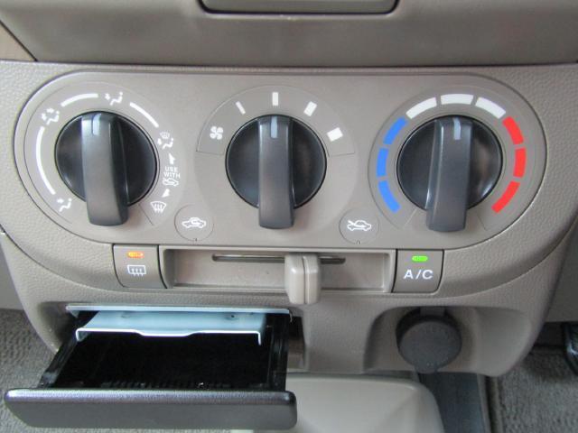 大きなダイヤルで簡単操作のマニュアルエアコンが快適なドライブのお手伝い♪
