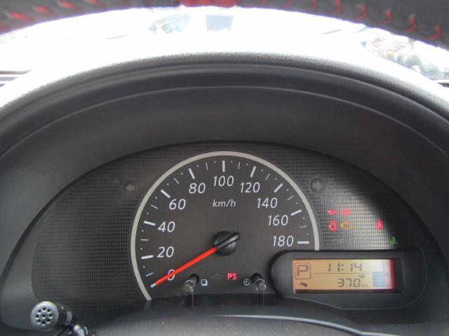 燃費計付、シンプルで視認性に優れたメーターパネル