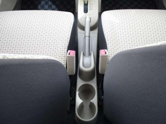後席用のカップホルダーですが、スマホ等の小物を置くのにも重宝しますね