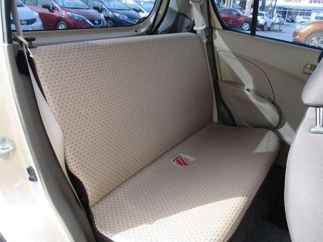 シンプルなベンチシートタイプの後席です