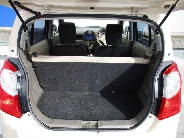 ラゲッジは、後席を立てたままでも普段使いに充分なスペースを確保しています