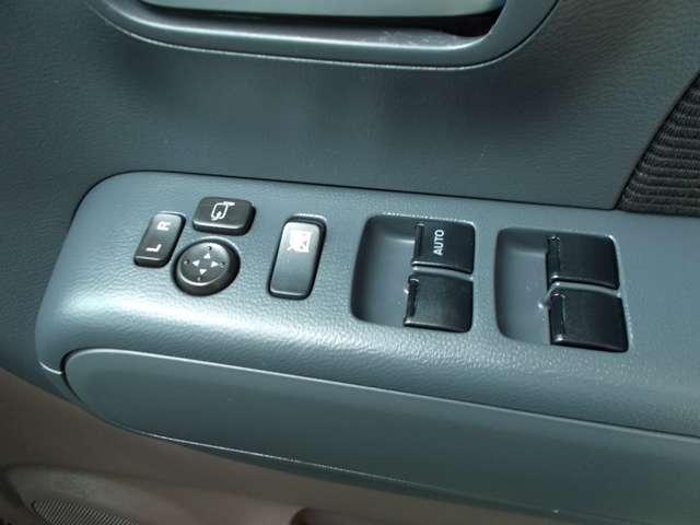 運転席のドアにドアミラーの自動格納装置のスイッチがあります。