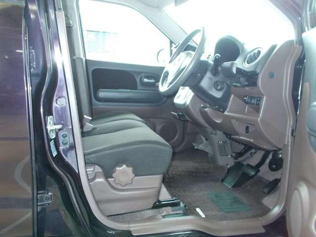 作りも洗礼されている運転席です。車内はルームクリーニング済みなので、綺麗になっています。