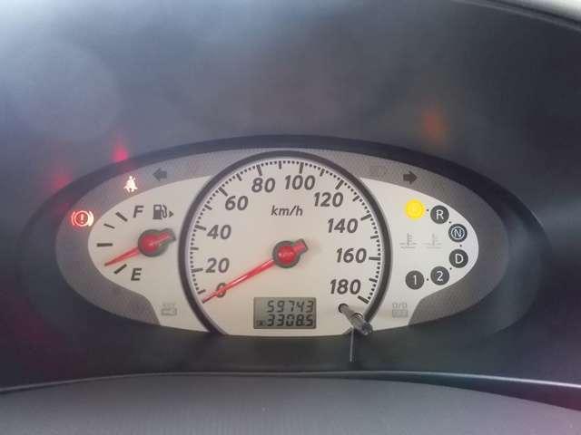 すっきりと見えやすくできているスピードメーターです。速度表示だけでなくガソリンの残量や走行距離も確認できます。