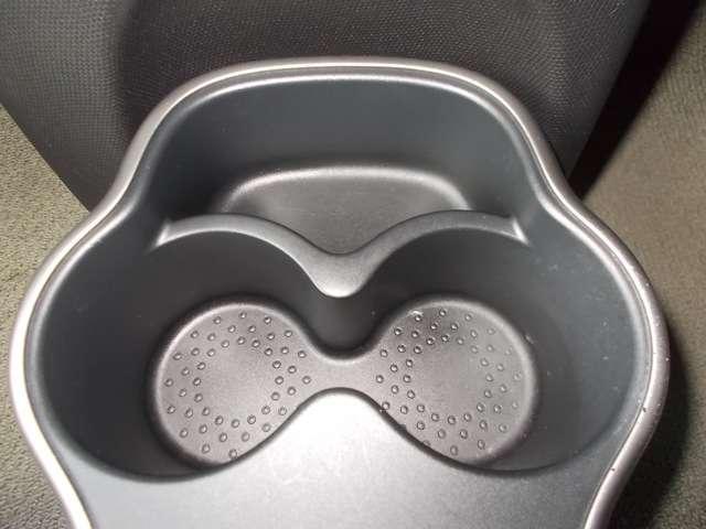 カップホルダー付きですので、車内に飲料缶を持ち込む事ができます。