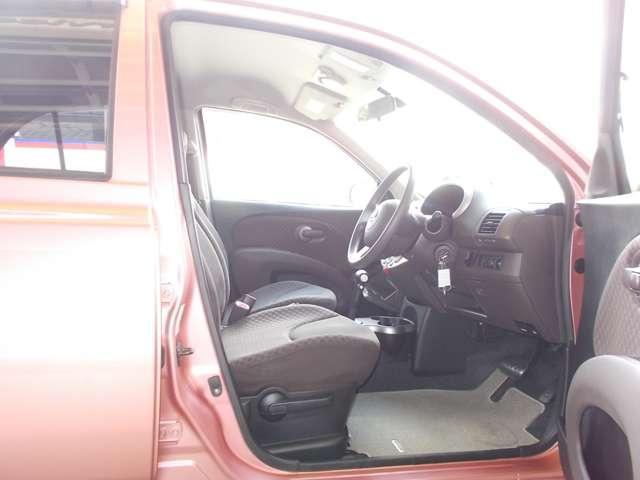作りも洗礼されている運転席です。車内はルームクリーニング済みなので綺麗になっています。