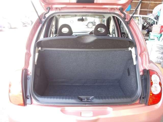 日常使用に問題ない荷室スペースです。トノカバーも付いているので日よけや盗難防止にも役立ちます。