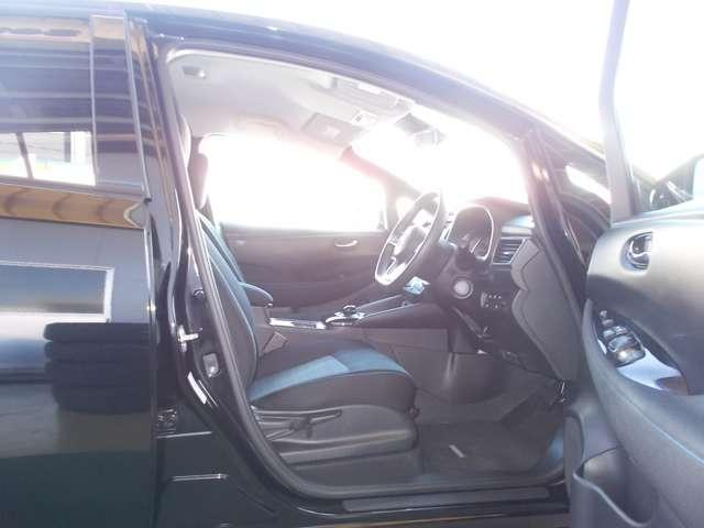 作りも洗練されている運転席です。車内はルームクリーニング済みなので綺麗になっています。