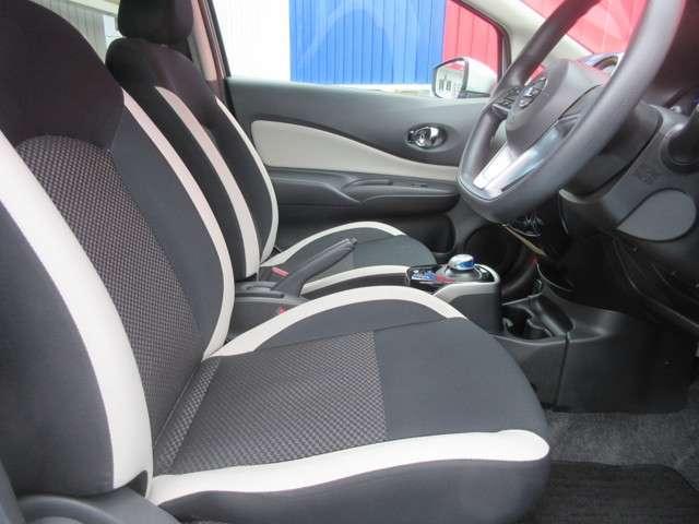 前の座席周りです。シートのデザインも少しおしゃれでつい乗ってみたくなりますね。