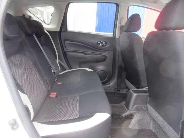 後部座席周りです。後ろは3人まで乗車可能です。