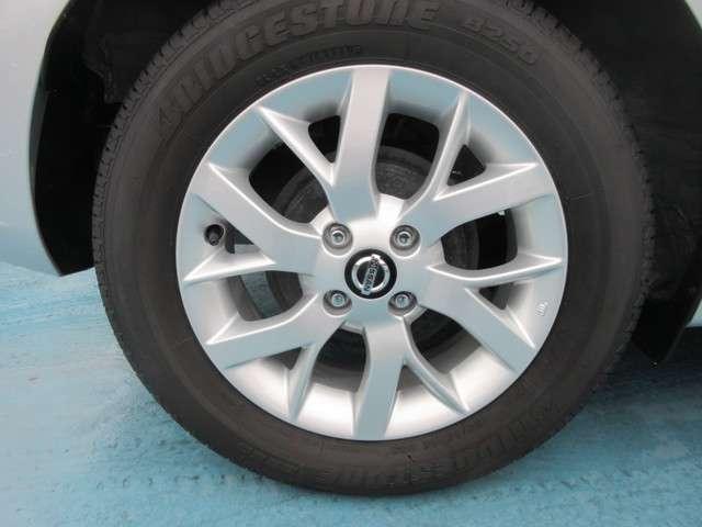 タイヤは15インチのアルミホイールを使用しています。その他に何かご不明な点がございましたらお問い合わせください。