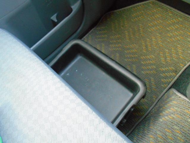 助手席下には、大きな引き出しトレイが付き、大変便利!