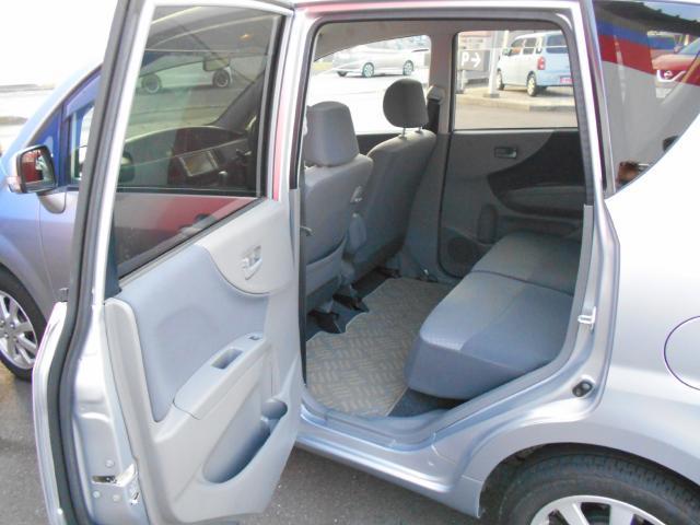 後席シートは前後にスライド出来て、足元も広々、長距離でも、疲れにくいです。