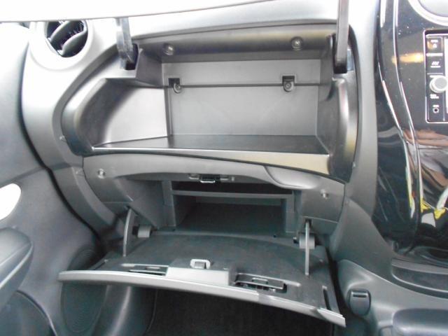 助手席側のグローブボックスは、上下に分かれており、収納するものも分けて使い分ける事ができます☆