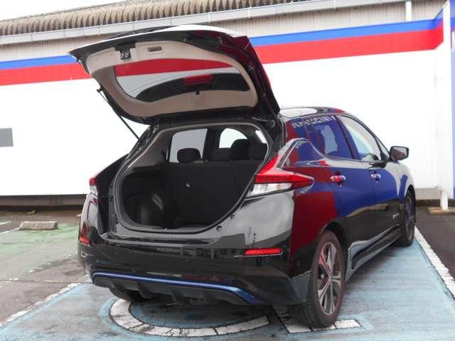 パーキングサポート付き。駐車枠を指定するだけで車が自動でハンドル操作を行い、枠の中への駐車をサポートします。簡単な操作だけで車庫入れにも縦列駐車にも対応出来ますので車庫要れが苦手な方には重宝します。