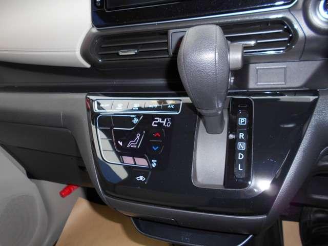 車内の室温を自動で一定に保ってくれる便利なオートエアコンが付いています。温度を設定するとクルマがエアコン噴出し温度を上げたり下げたり風量を変えたりしてくれるので運転に集中が出来ますよ。